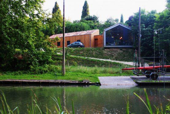 La maison au bord du canal du Mas d'agenais, par SAS TRIODE ARCHITECTES
